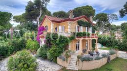 Maison Cap d'Antibes &bull; <span class='offer-area-number'>250</span> m² environ