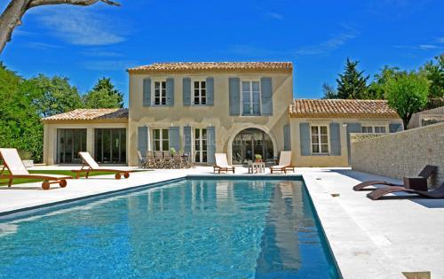 Дом класса люкс в аренду Сен-Реми-Де-Прованс, 350 м², 5 Спальни