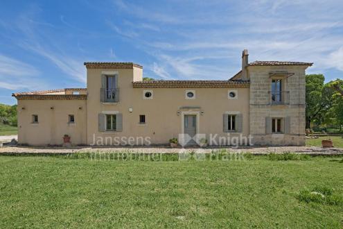 Farm класса люкс на продажу  Юзес, 260 м², 500 Спальни, 975000€
