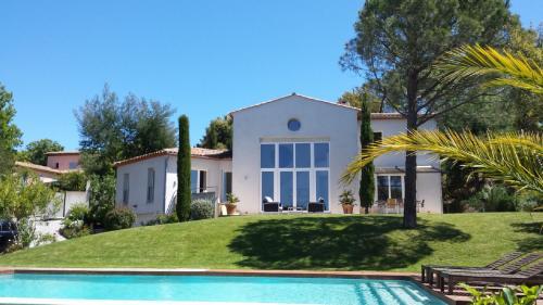 Поместье класса люкс на продажу  Гассен, 240 м², 5 Спальни, 2450000€