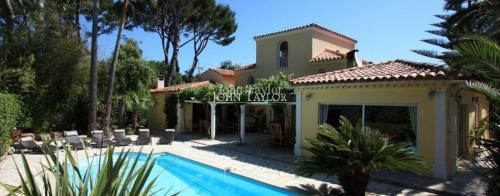Maison de luxe à louer CAP D'ANTIBES, 230 m², 5 Chambres
