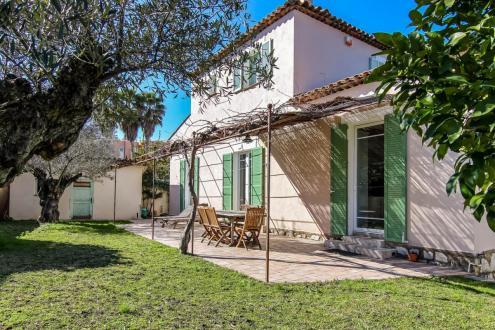 Вилла класса люкс на продажу  Кап д'Антиб, 140 м², 4 Спальни, 1390000€