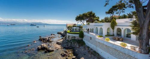 Maison de luxe à louer CAP D'ANTIBES, 470 m², 5 Chambres