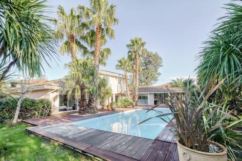 Дом класса люкс на продажу  Биарриц, 270 м², 4 Спальни, 1575000€
