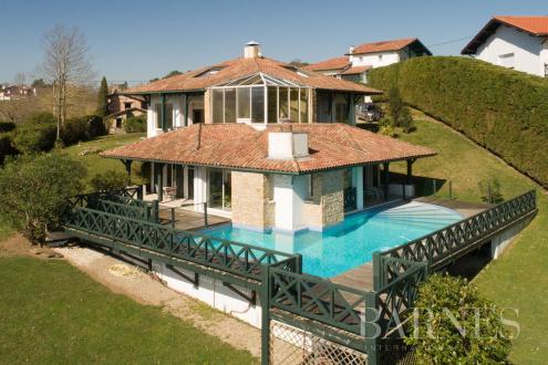 Дом класса люкс на продажу  Уррюнь, 295 м², 6 Спальни, 1190000€