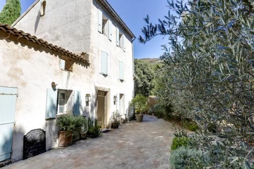 Дом класса люкс на продажу  Ла-Гард-Френе, 300 м², 5 Спальни, 1075000€