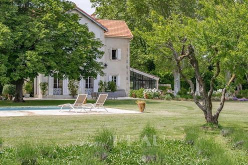 Поместье класса люкс на продажу  Сен-Реми-Де-Прованс, 260 м², 6 Спальни, 1585000€