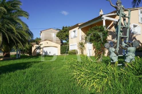 Вилла класса люкс на продажу  Сен-Тропе, 220 м², 4 Спальни, 2750000€