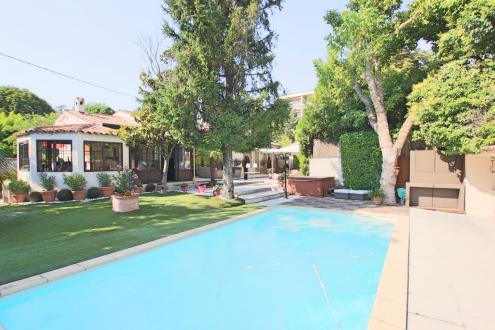 Вилла класса люкс на продажу  Экс-Ан-Прованс, 240 м², 4 Спальни, 1570000€