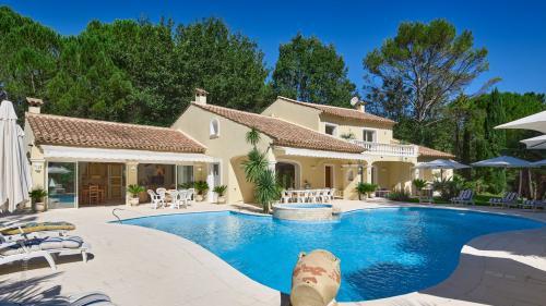 Дом класса люкс на продажу  Файенс, 295 м², 6 Спальни, 2120000€
