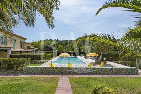 Вилла класса люкс на продажу  Сен-Тропе, 350 м², 4150000€