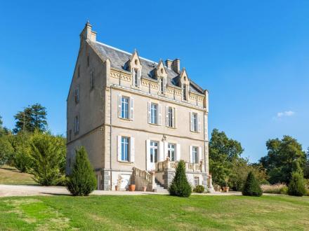 Château / Manoir de luxe à vendre SAINT PAUL EN GATINE, 450 m², 6 Chambres, 667800€