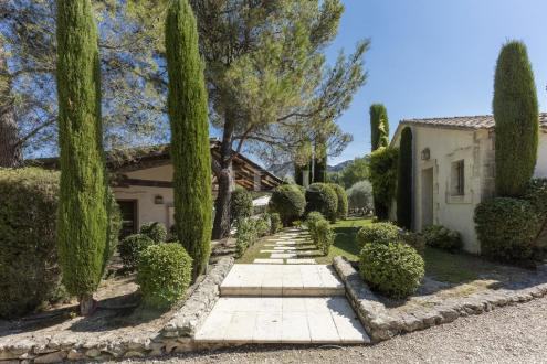 Luxury Property for sale EYGALIERES, 250 m², 5 Bedrooms, € 3 450 000